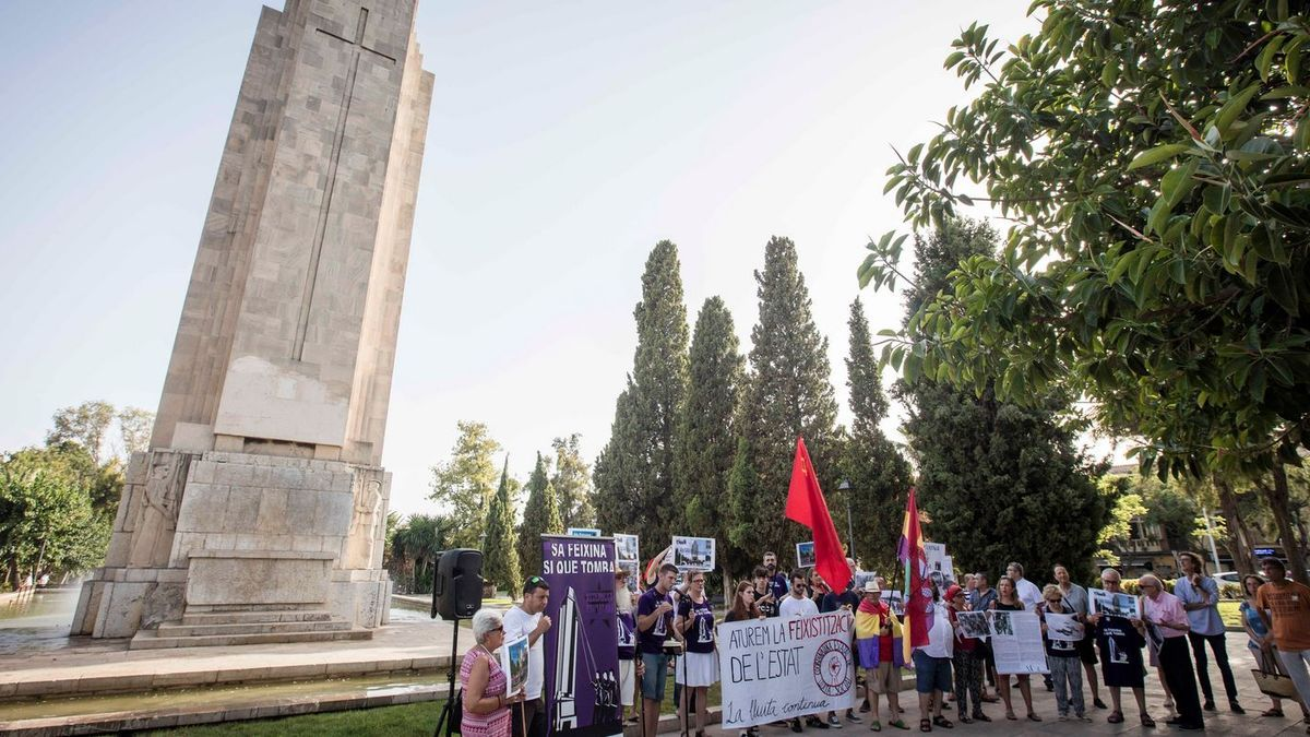 Un acto de entidades a favor de la demolición del monolito de sa Feixina.