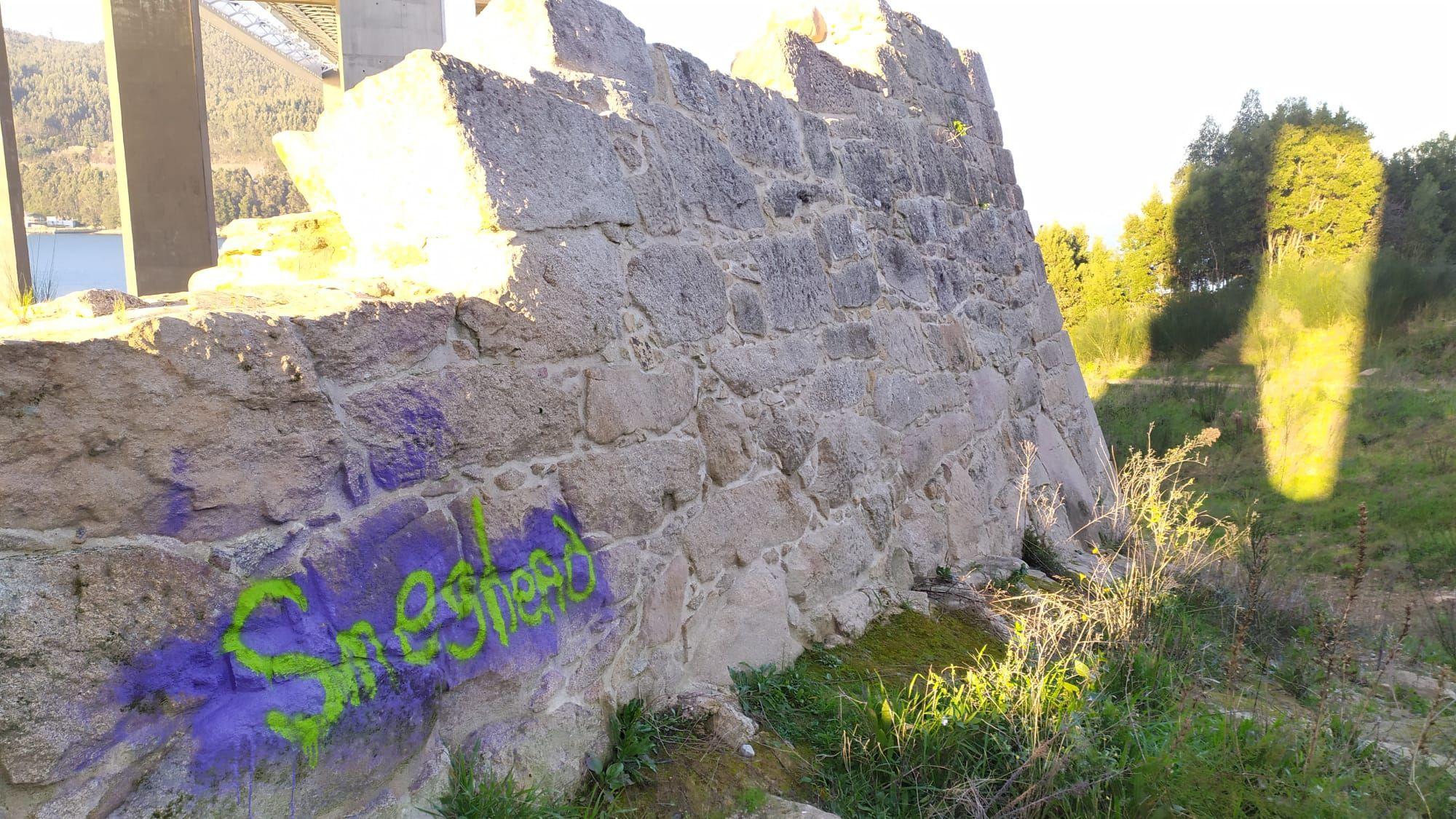 Grafiti aparecido hace dos meses en uno de los muros del castillo de Rande.jpeg