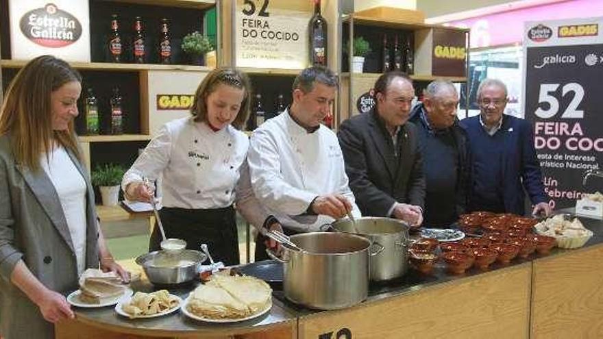 Cocineros de Ourense realizan un ágape como presentación de la feria del cocido de Lalín