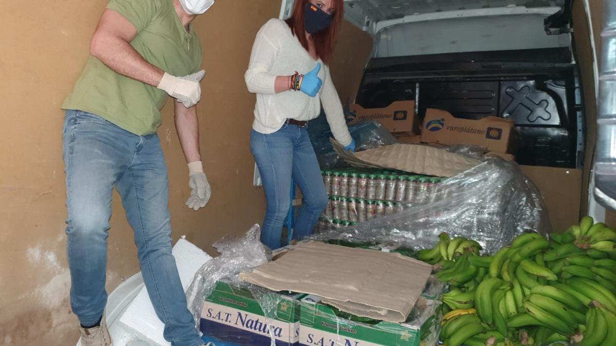 Miembros de Luz Azul descargan el camión de reparto.