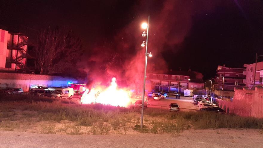 Crema una caravana i tres cotxes a Sant Fruitós de Bages