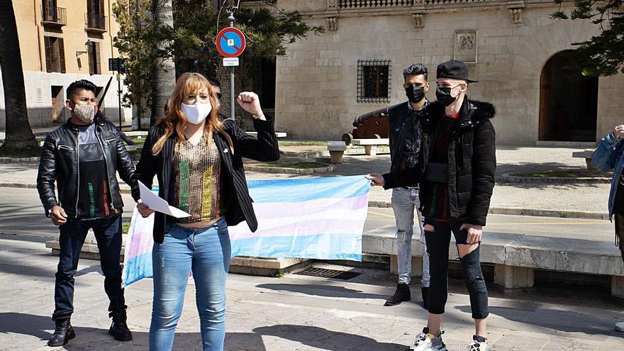 Concentración frente al Consolat de Mar por la «transfobia del PSOE»