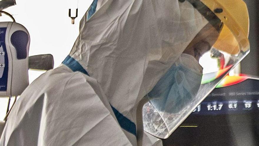 El virus mantiene fuera de juego a 1.750 sanitarios, un 50% más que hace una semana