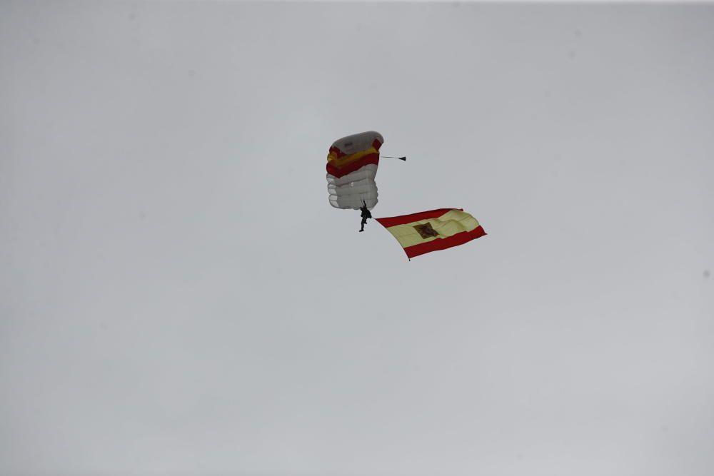 Un paracaidista con una bandera de España ...