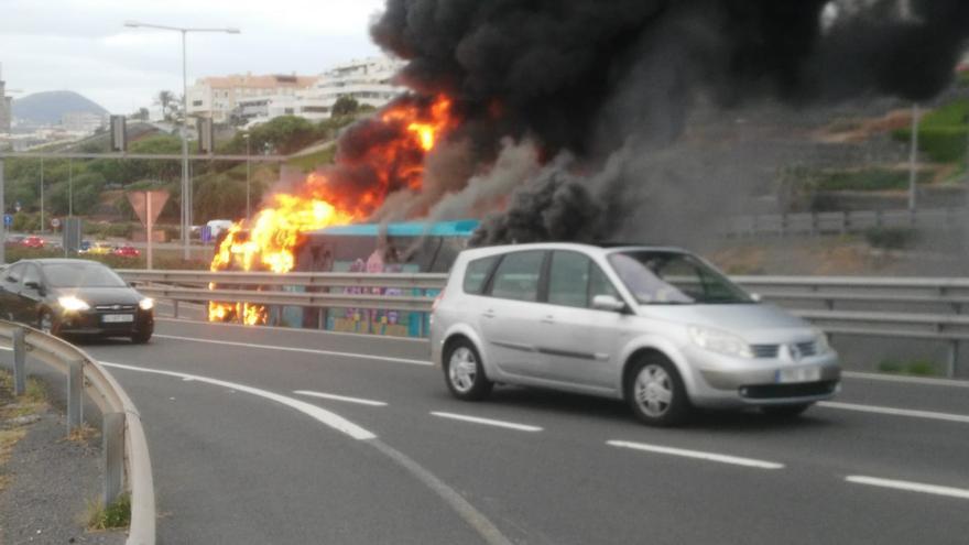 Una guagua de Global se incendia frente al Doctor Negrín