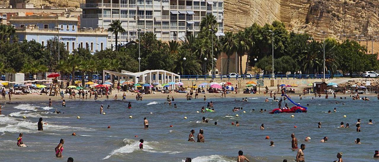 Bañistas, combatiendo el calor en la playa del Postiguet, en Alicante.