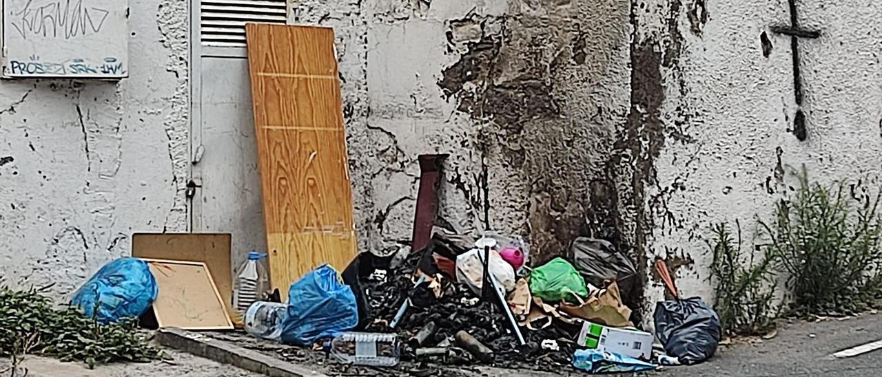Uno de los contenedores quemados este fin de semana en la carretera del Centro