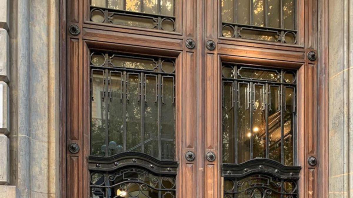 Pla general de la porta de la seu d'Òmnium, amb els vidres trencats i amb diverses cremades aquest 12 de setembre del 2020
