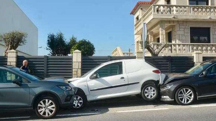 Un herido al salirse de la vía un coche y empotrarse contra otros dos aparcados en Casas Novas