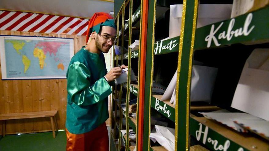 Papá Noel se establece en la Hoya de San Juan para divertir a los más pequeños