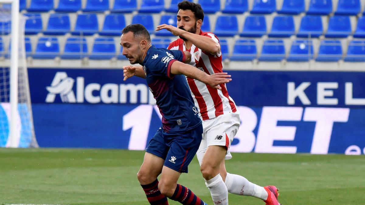 David Ferreiro intenta llevarse el balón ante el defensa del Athletic Club, Mikel Balenciaga