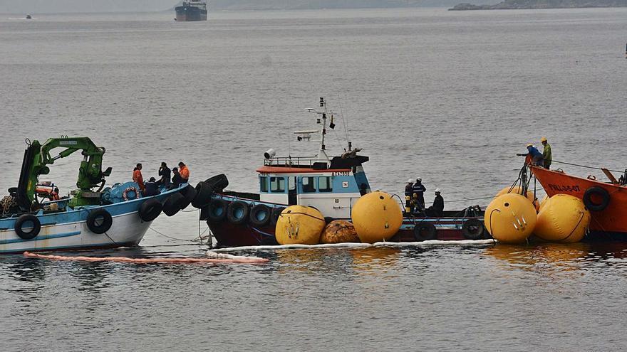 Reflotan y llevan a puerto al remolcador hundido en la ría