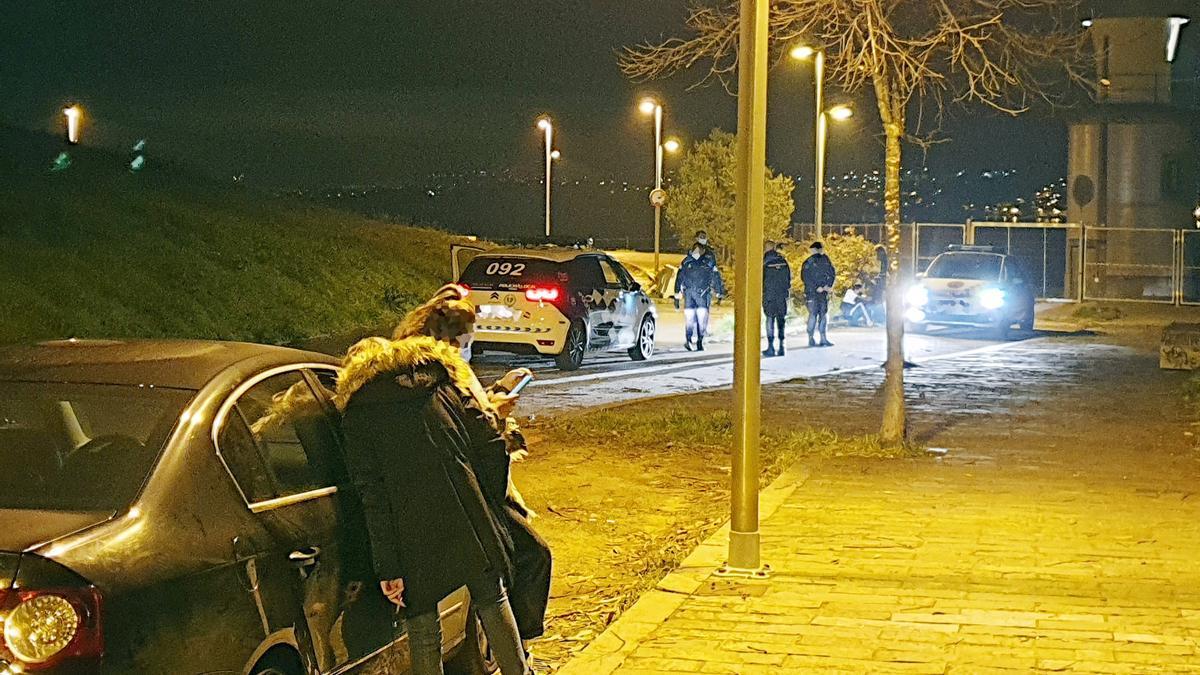 La Policía Local, durante su intervención en las inmediaciones del puerto de Punta Lagoa.