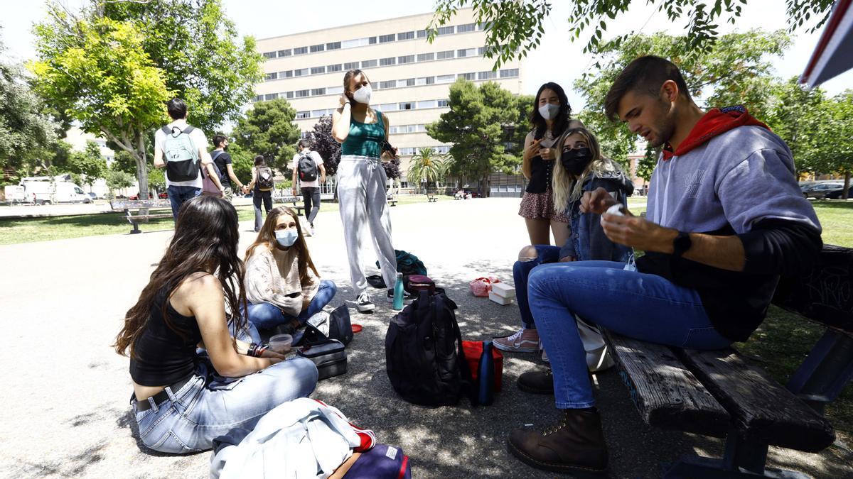 Un grupo de universitarios, el pasado mes, en el campus San Francisco de Zaragoza