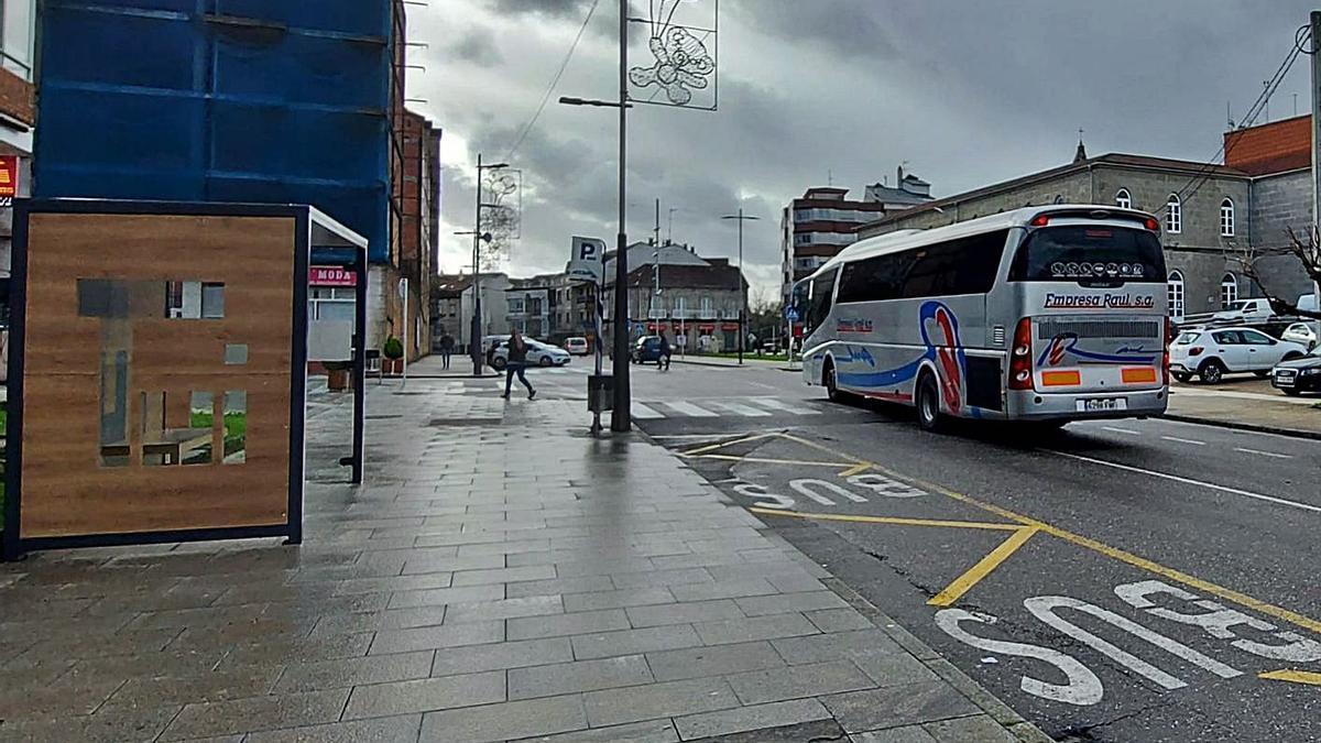 Un autobús a su paso por el centro de Tui, ayer. |   // D.P.