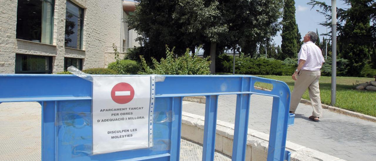 El aparcamiento del tanatorio municipal cumple un año cerrado