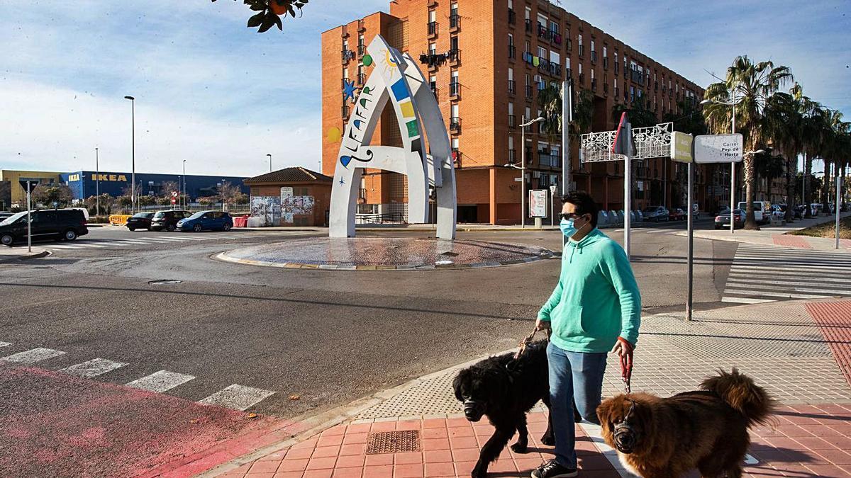 Un vecino pasea a sus perros en Alfafar, municipio con cierre perimetral.  | G. CABALLERO