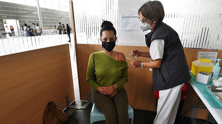 La pandemia remite a cifras de marzo y la vacunación se centra en los universitarios