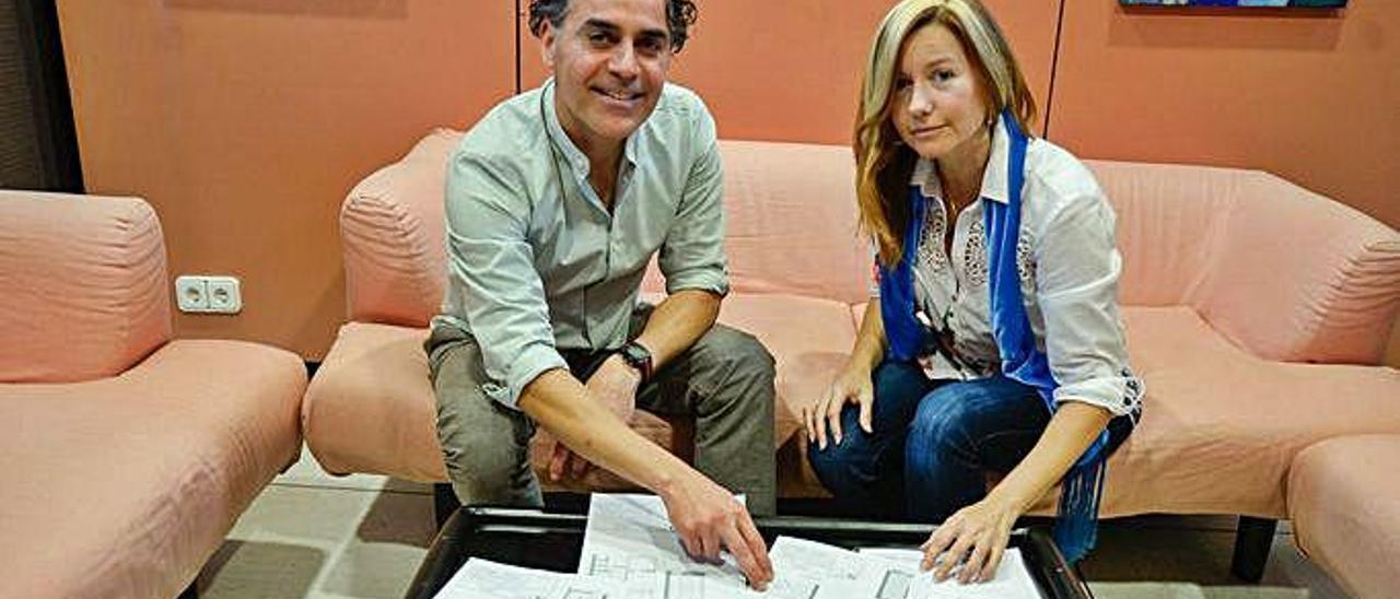 Miguel Quintana y María Cristina Fernández, con los planos de las viviendas de su proyecto.