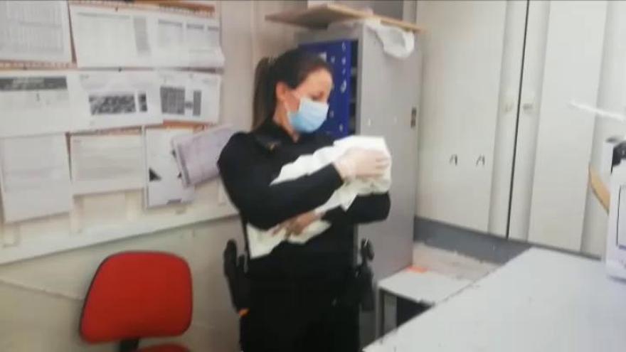 Encuentran a un recién nacido abandonado en el carro de un supermercado de Ávila