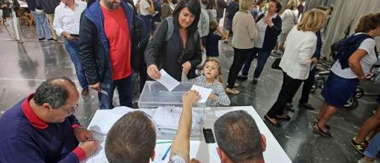 Un colegio electoral de Vigo en las autonómicas de 2016. // M. G. Brea