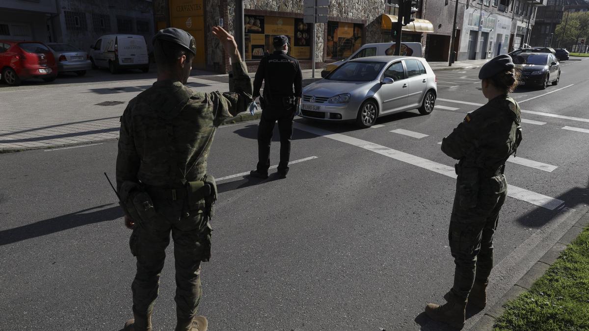 Control de la Policía Local, la Policía Nacional y militares en Avilés, la pasada primavera.