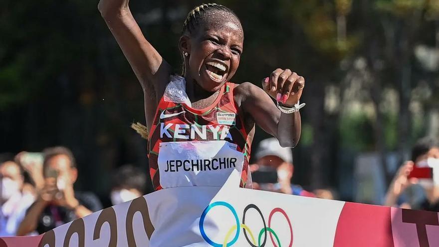 La keniata Jepchirchir gana el maratón olímpico más lento de la historia
