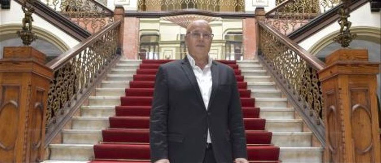 El diseñador Fernando Méndez en las escalinatas del Gabinete Literario.