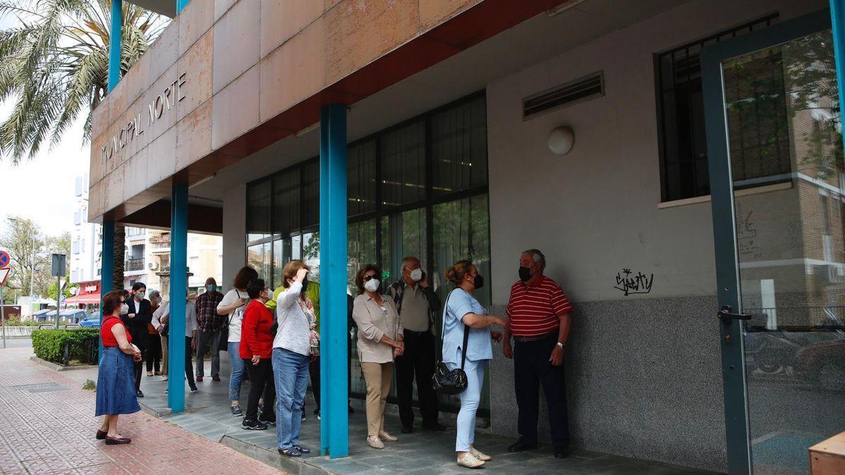 Vacunación en un centro cívico a mayores cordobeses.