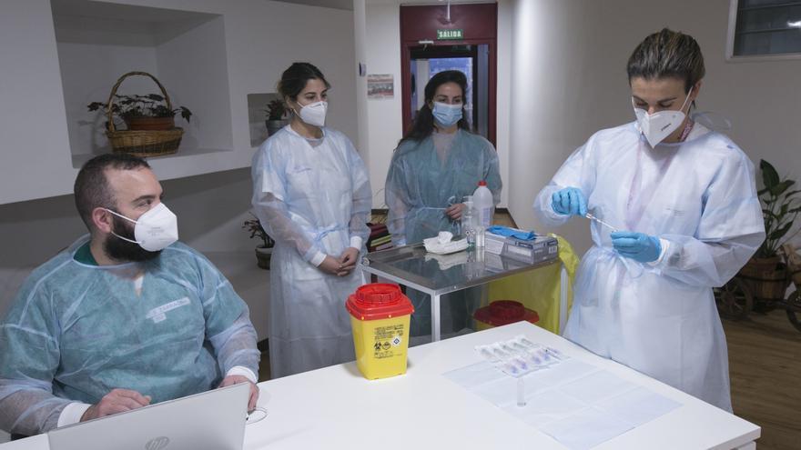 """Los receptores de la segunda dosis de la vacuna contra el covid en Asturias: """"Hoy es un día para la esperanza"""""""