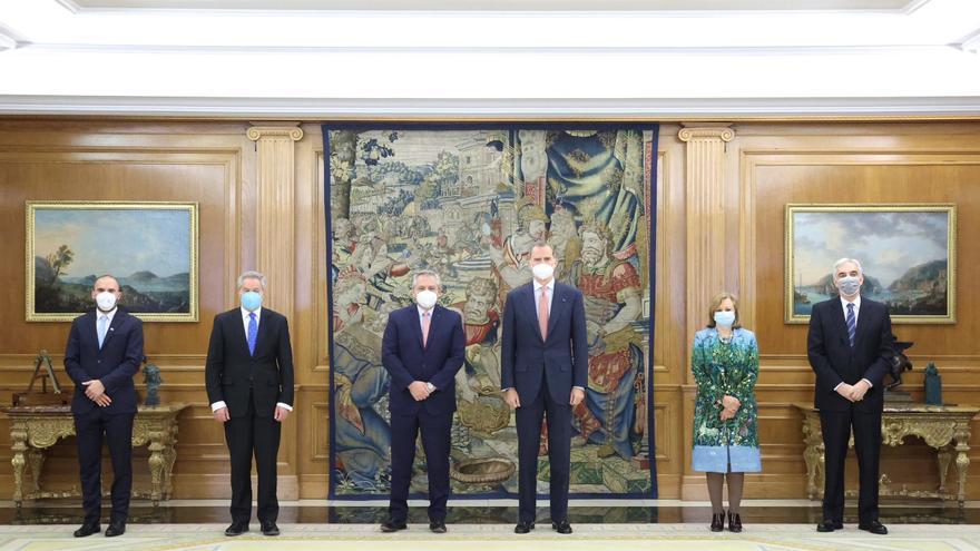 Felipe VI conversa en Zarzuela con el presidente argentino Alberto Fernández