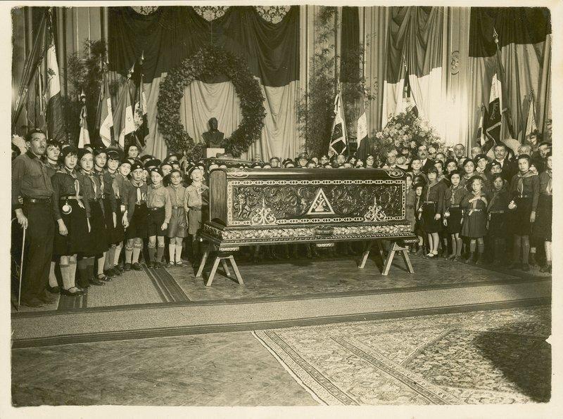 04 Grupo de scouts rinden honores en el sal�n del Ayuntamiento de Menton.jpg