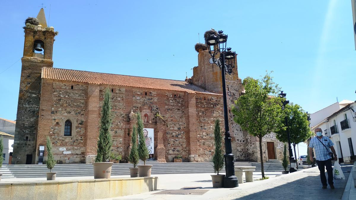 Fachada de la iglesia San Pedro en la Plaza del Pueblo
