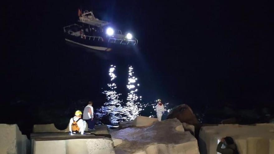 Una lancha huye tras trasladar a varios migrantes de Marruecos a Melilla