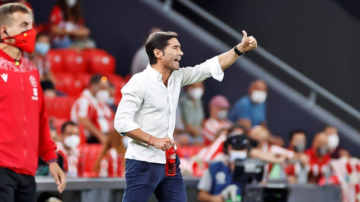 Marcelino se dirige a sus jugadores durante el partido disputado anoche en San Mamés.