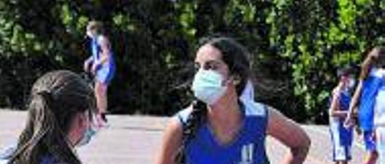 Un ejercicio de dos jugadoras en  Cangas del Narcea. | OCB