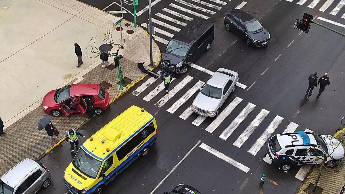Uno de los vehículos quedó invadiendo la acera.  | // AC