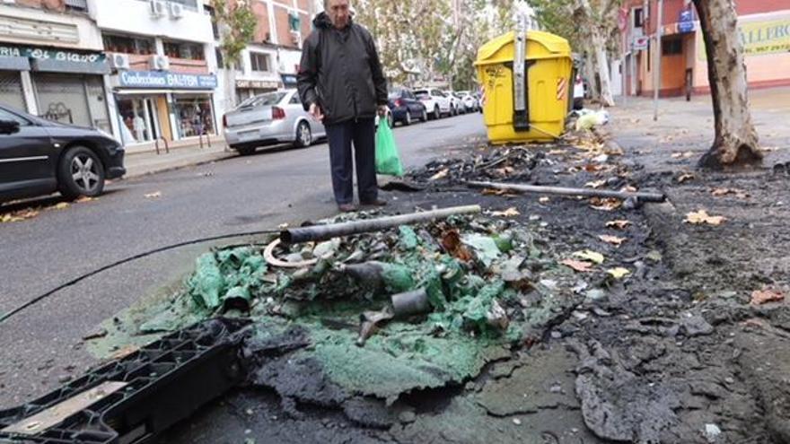 Arde un contenedor a plena luz del día en la calle Motril, el tercero desde anoche