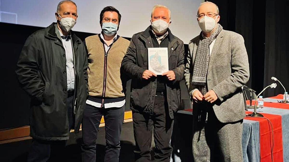 Lairón, Arturo Blasco (Reclam), Montagud y el alcalde, Diego Gómez, tras presentar la novela. | LEVANTE-EMV