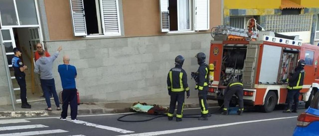 Bomberos y Policía Local frente al edificio donde ocurrieron los hechos.