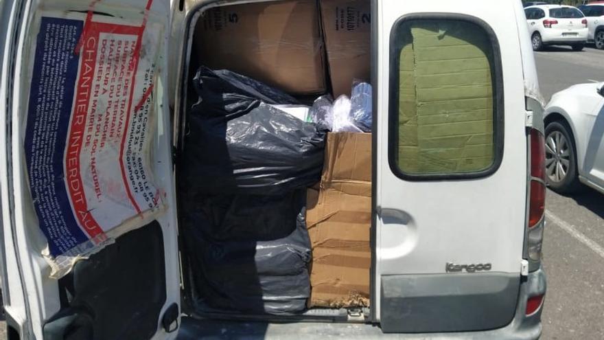 La Policia Local de la Jonquera localitza 16 caixes de roba falsificada en una furgoneta al Pertús