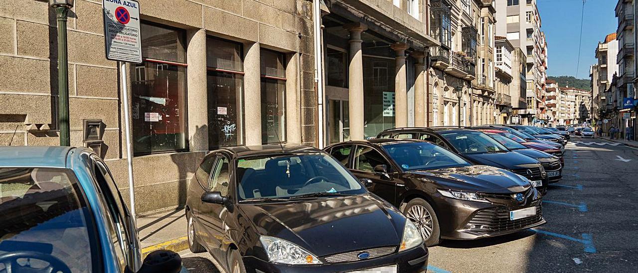 Coches aparcazos en plazas de zona azul en el centro de Tui.