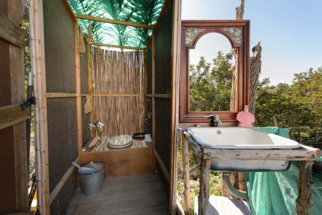 Tipis y celdas a precio de 'suite' en Ibiza
