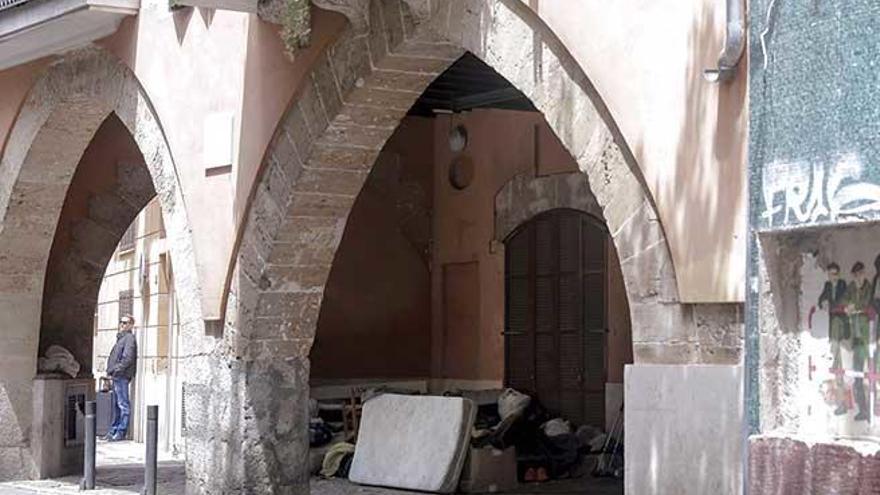 Unas rejas evitarán que los indigentes estén en los arcos de la plaza Mercadal