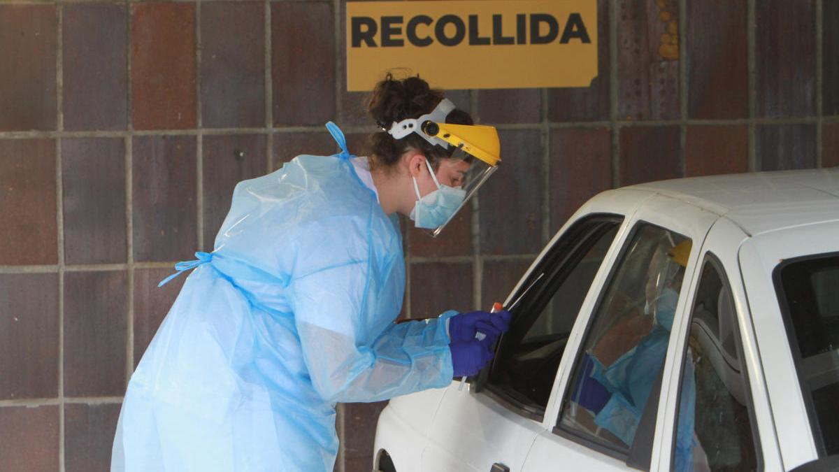 Una sanitaria realiza una prueba PCR a un paciente en el CHUO. // Iñaki Osorio