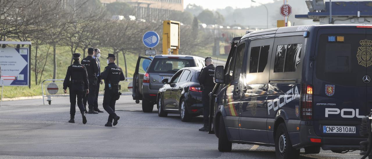 Registro de la Policía Nacional en las instalaciones de Alu Ibérica.