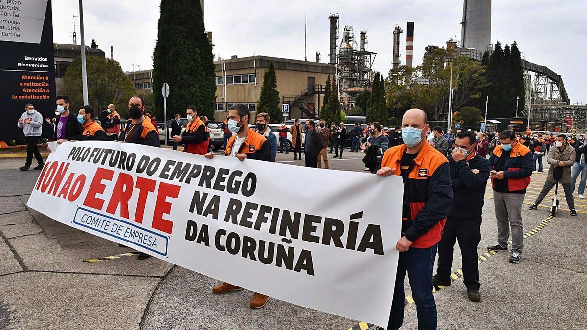 Una de las concentraciones de los trabajadores ante la refinería de Repsol.