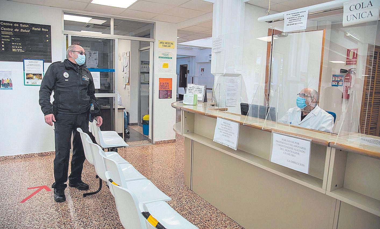 El policía de barrio entra al centro de salud del Rafal, punto neurálgico en El Vivero. | GUILLEM BOSCH