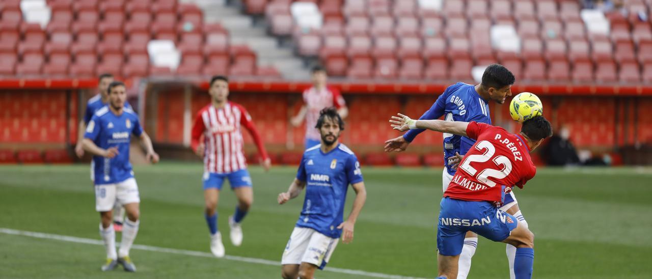 Una acción del Sporting-Oviedo