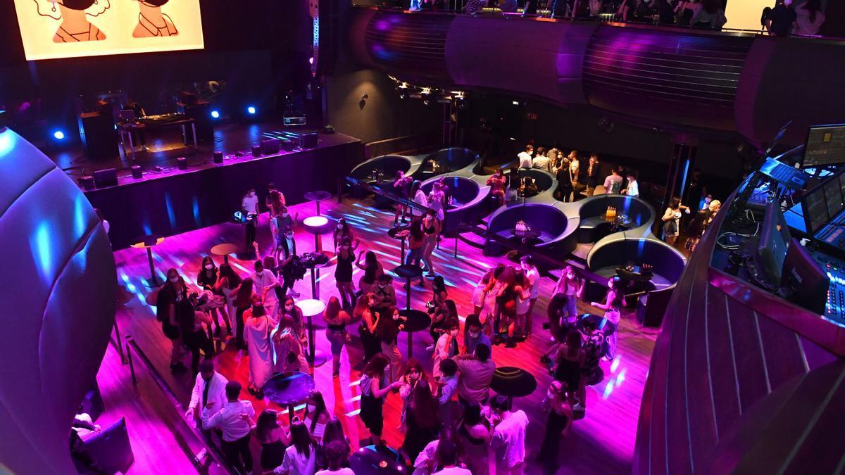 Prueba piloto del regreso del ocio nocturno en la sala Pelícano de A Coruña